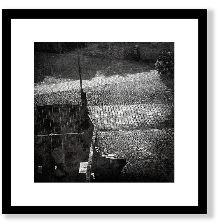 50x50 cm, glasram med svart (alt. vit) trälist. Innermått passepartout ca 35x35 cm. Grafiskt blad (ännu ej signerat) Giclée Fine Art Technique på bestruket akvarellpapper, av konstnären Zigge Holmgren. Begränsad upplaga.
